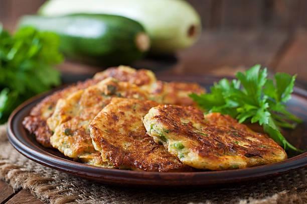 Una ricetta piatta delle frittelle con erbe aromatiche e zucchine